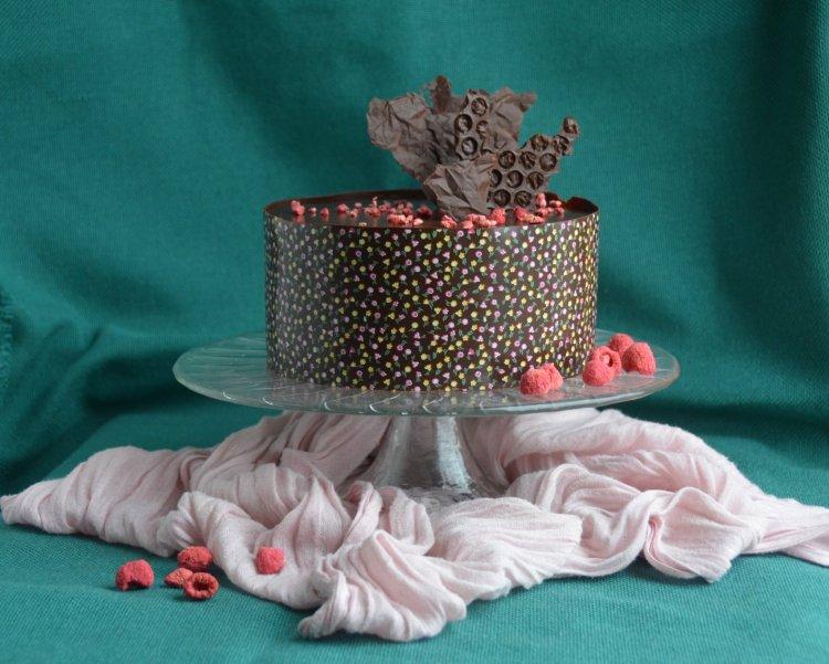 Málna-csoki mousse torta mintás csokigallérral, segítsüti licitre