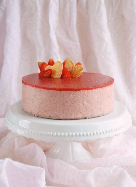 Eper-rebarbara mousse torta készítése - recept