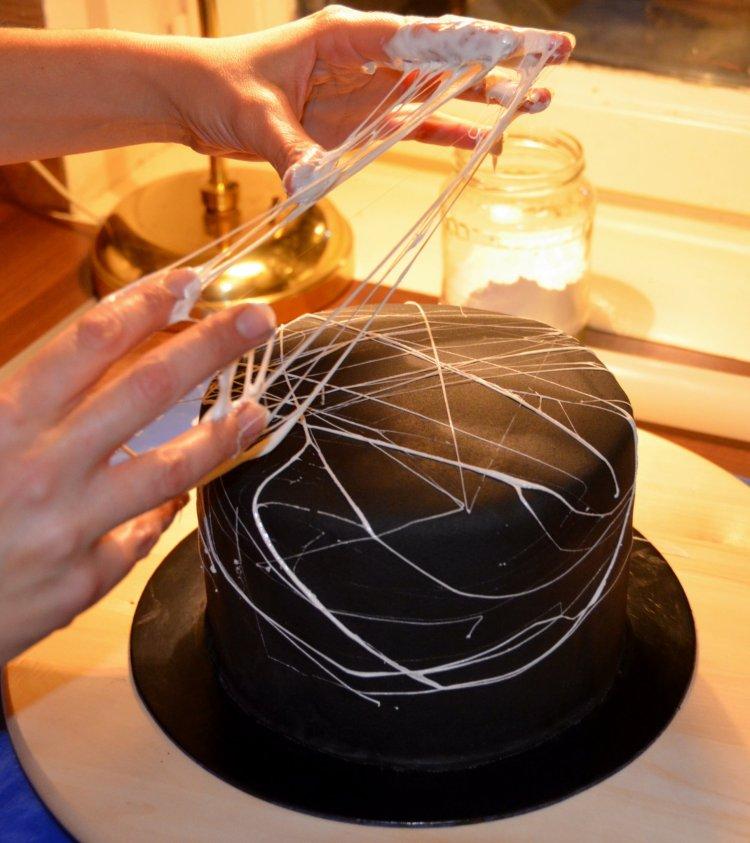Pillecukor pókháló torta készítése - Halloween-i pókhálós torta mályvacukorból