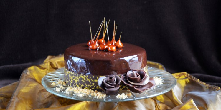Mogyoró mousse torta karamellizált mogyorótüskékkel, tükörglazúrral és mintás csokigallérral, csoki rózsákkal