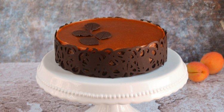 Sósmogyorós karamell-csoki mousse torta recept csokicsipkével és csoki levelekkel