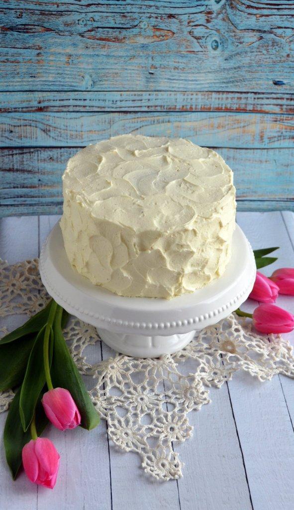 Csokis paszternáktorta mascarponehabbal és sós karamellel, rusztikus stílusban. Húsvéti torta.