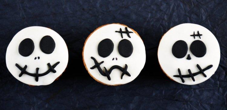 Halloween-i halálfejes muffinok fondanttal díszítve