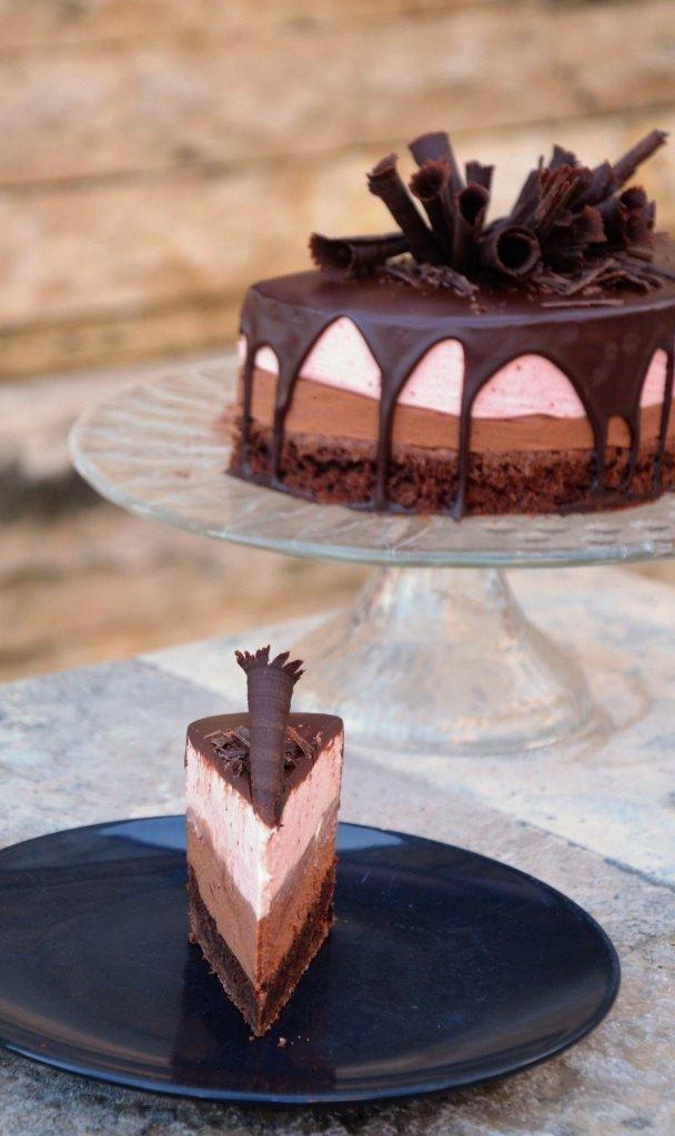 Csurgatott csoki-eper mousse torta recept csokiszivarkákkal