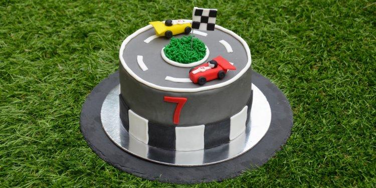 Forma 1 autós torta - versenyautós autópálya torta fondanttal burkolva