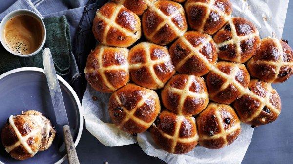 Angol húsvéti mazsolás zsemle: hot cross bun