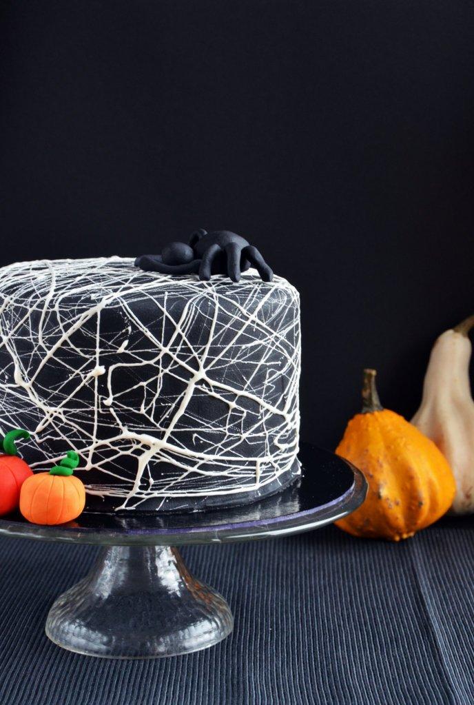 Pillecukor pókhálós Halloween-i torta készítése - mályvacukor pókháló torta