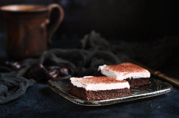 babos-datolyás vegán brownie recept kókuszhabbal cukormentesen