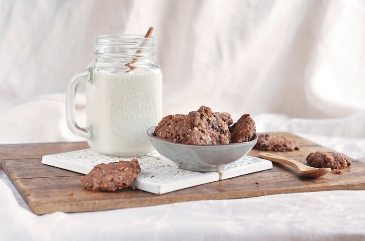 aszalt  szilvás-kakaós vegán zabkeksz recept - teljes kiőrlékű zabpelyhes keksz egyszerűen