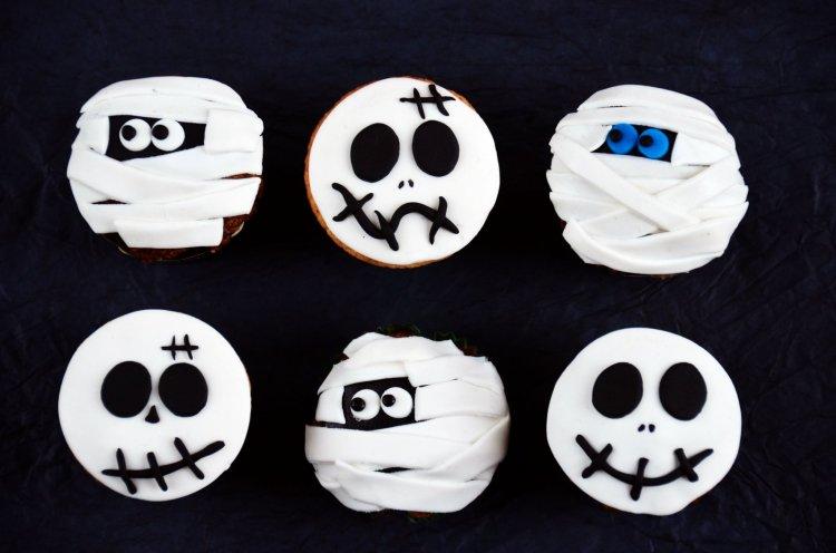 Halloween-i halálfejes és múmia cupcake-k