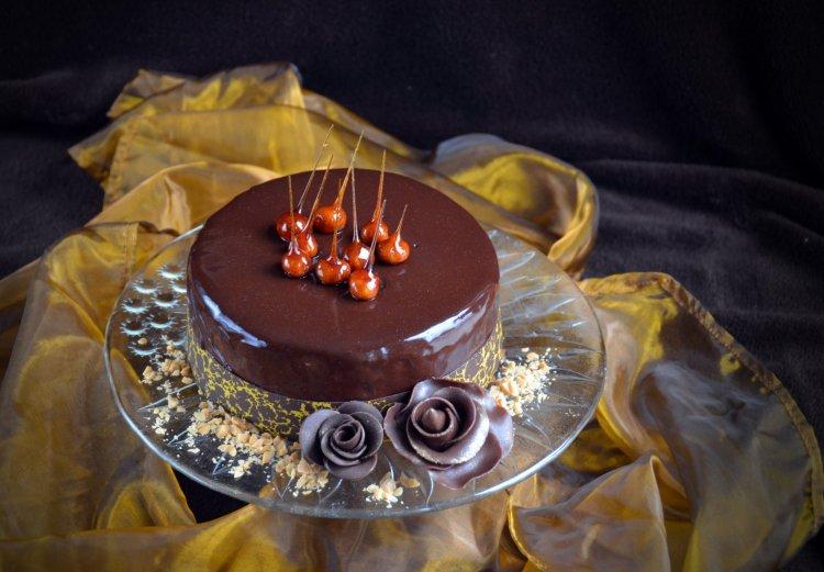 Mogyorómousse torta karamellizált mogyorótüskékkel és mintás csokigallérral