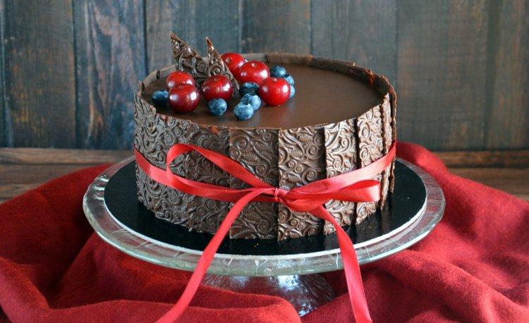 meggyes-csokis mousse torta texturált csokilapokkal