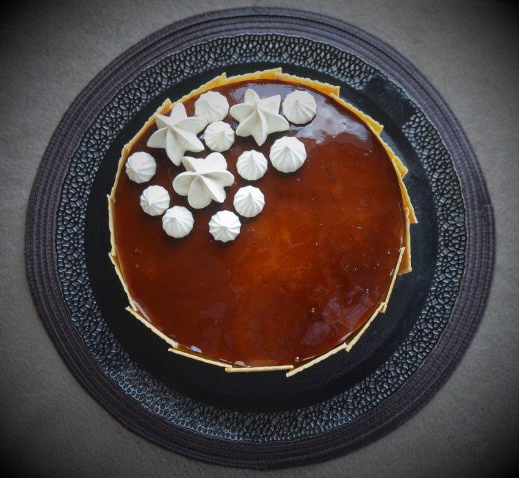 Kávé mousse torta karamellizált csokilapokkal, kávés habcsókkal, karamellel