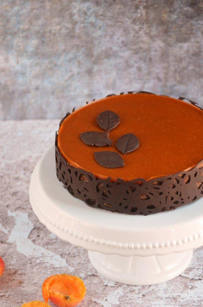 Sárgabarackos karamell-csoki mousse torta mogyorós roppanós réteggel, csokicsipkével és csoki levelekkel