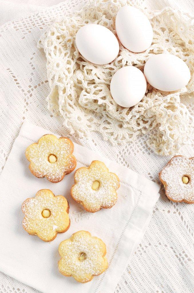 tojáslikőrös húsvéti linzer recept - mandulás linzer tojáslikőrös fehércsoki ganache-sal töltve