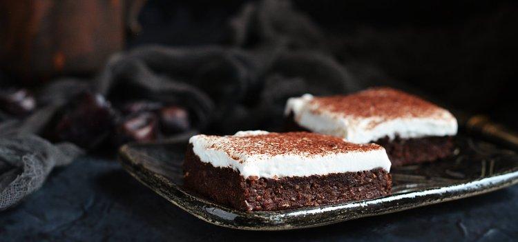 cukormentes vegán babos-datolyás brownie recept kókuszhabbal