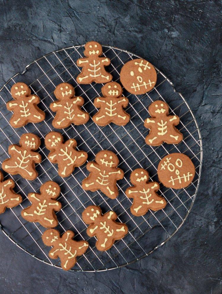 Halloween csontváz keksz készítése mézeskalács emberkéből