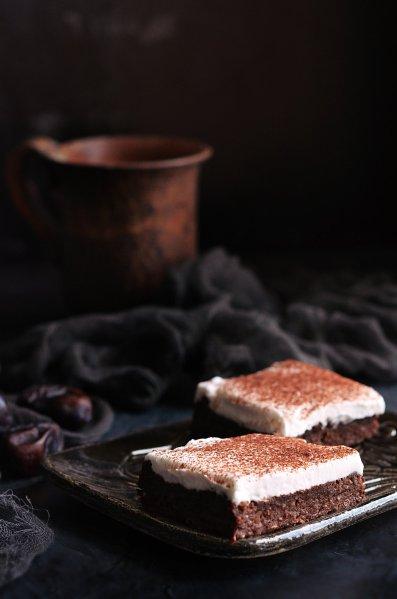 vegán cukormentes babos-datolyás brownie recept kókuszhabbal