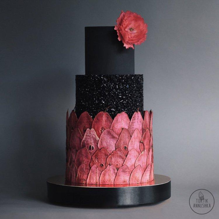Torta festett szárított körtével díszítve