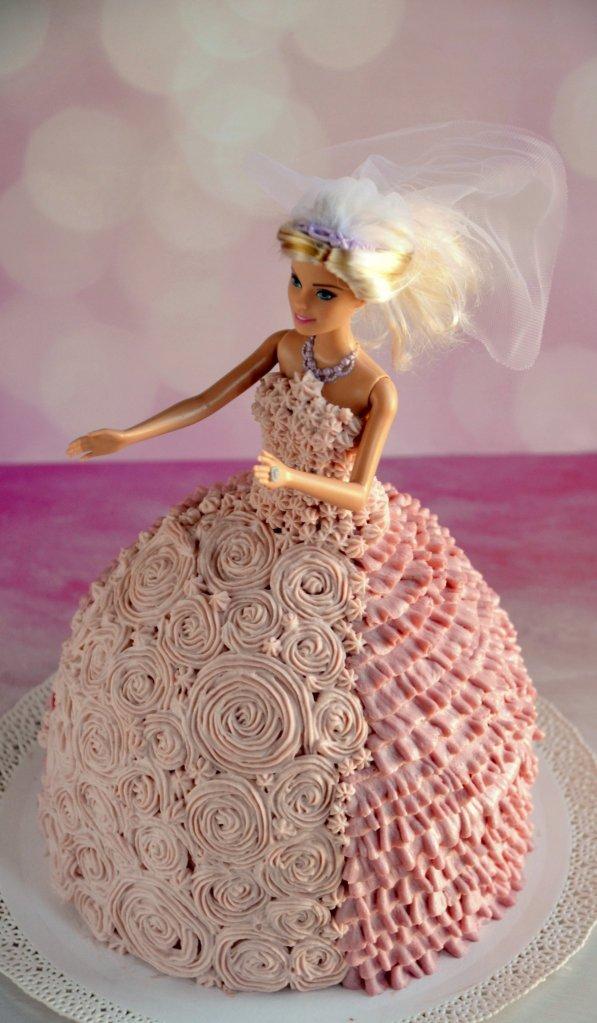 Barbie torta készítése házilag, krémes díszítéssel, habzsákkal