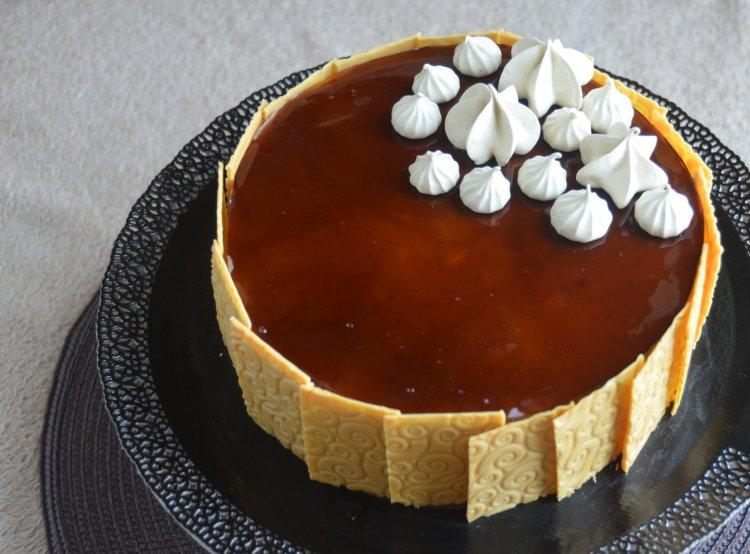 Kávé mousse torta texturált csokilapokkal, kávés habcsókkal. Karamellizált fehércsoki lapokkal.