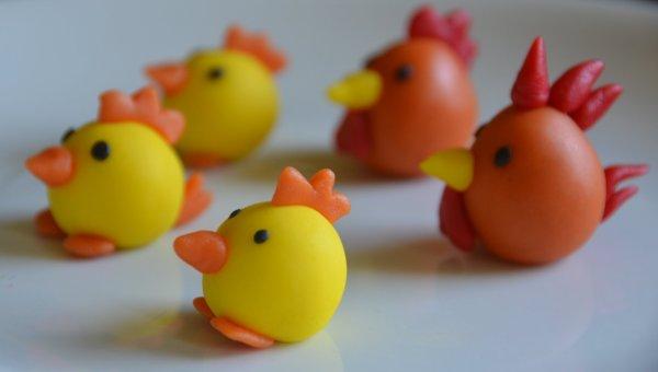 Húsvéti marcipánfigurák készítése. Marcipán csibék, marcipán tyúk, marcipán kakas.