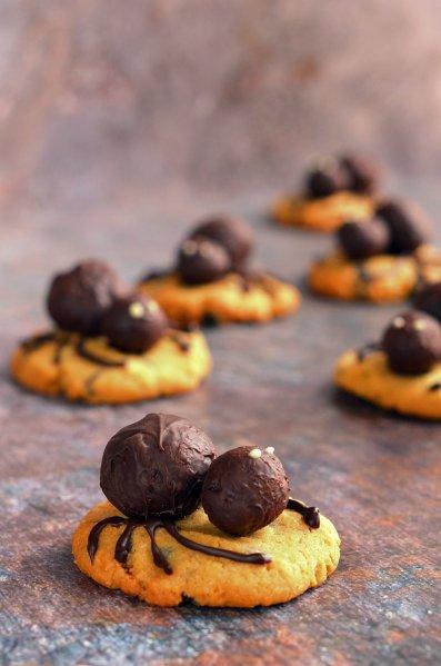 földimogyorós trüffel pók készítése, mogyoróvajas keksz recept - halloween-i pókos keksz