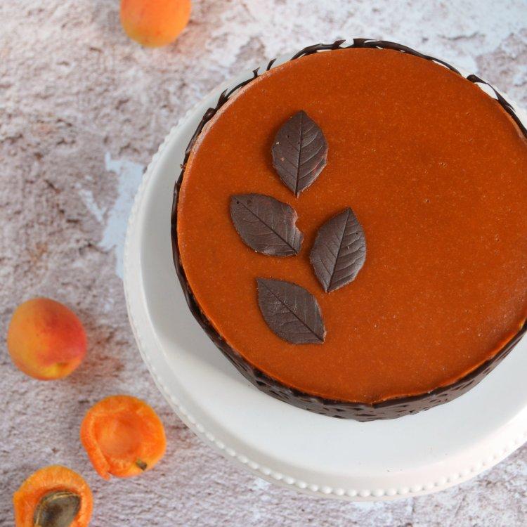 Sárgabarackos karamell-csoki mousse torta mogyorós roppanós réteggel, csokikerítéssel és csoki levelekkel - recept