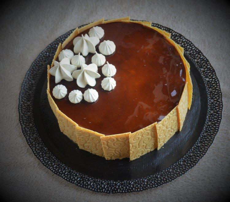 Kávétorta karamellel, kávés habcsókkal és textúrált, karamellizált fehércsoki lapokkal