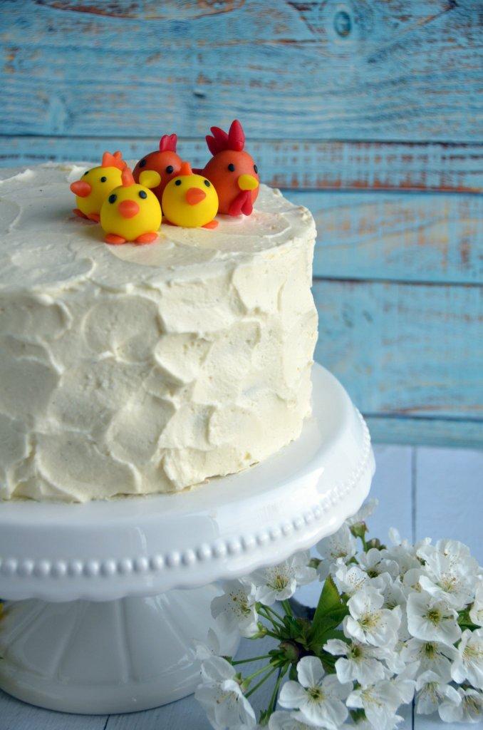 Csokis paszternáktorta karamellel és mascarponehabbal, rusztikus stílusban. Húsvéti torta marcipán csibékkel.