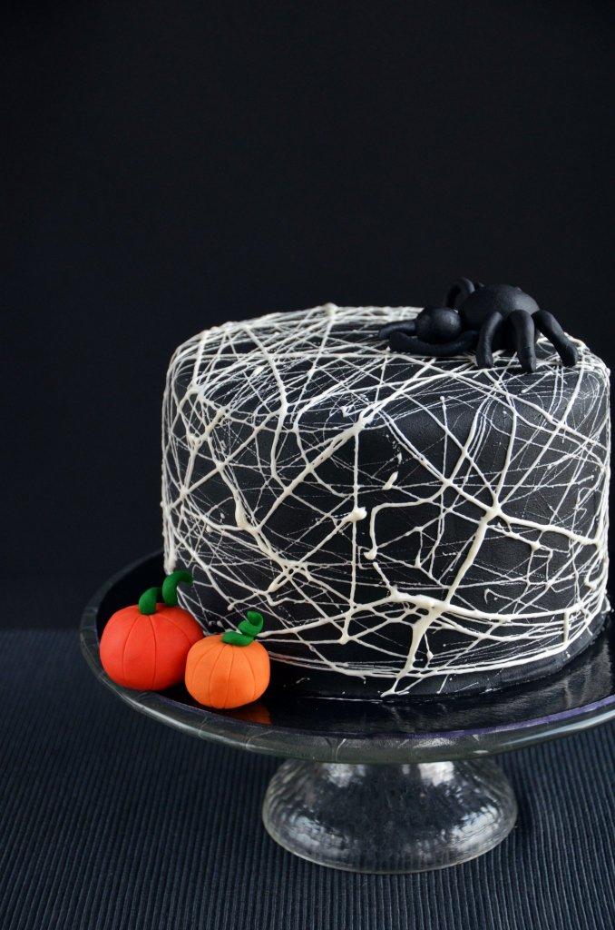 Pillecukor pókháló torta Halloween-ra - pókháló készítése mályvacukorból