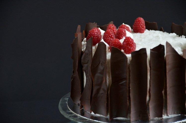 Vegán kókuszos csokitorta málnával - tej-és tojásmentes kókusztorta recept