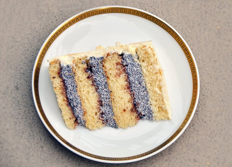 Meggyes-mákkrémes torta szeletfotó - recept