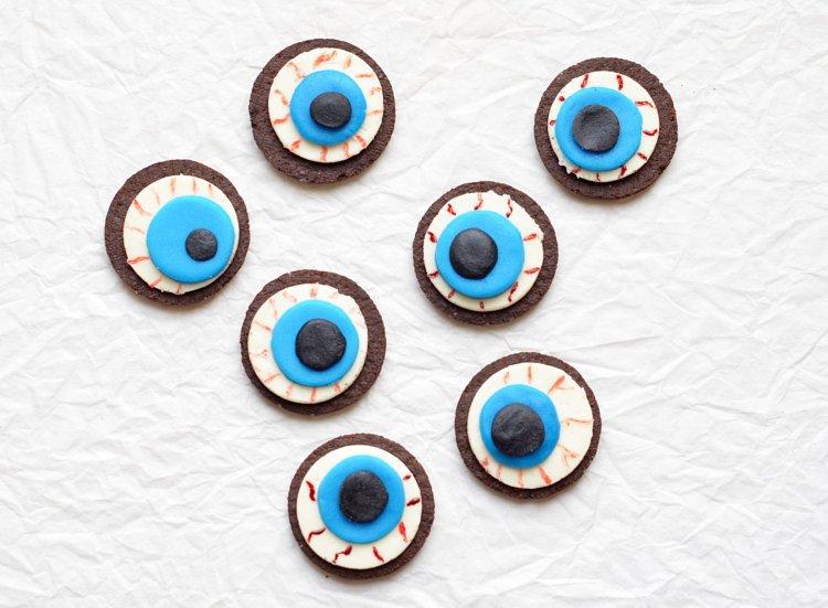 Halloween-i oreo véres szemek - véres szem készítése Oreo kekszből egyszerűen