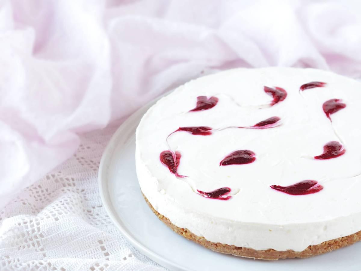 Valentin napi sütés nélküli sajttorta málna szívekkel