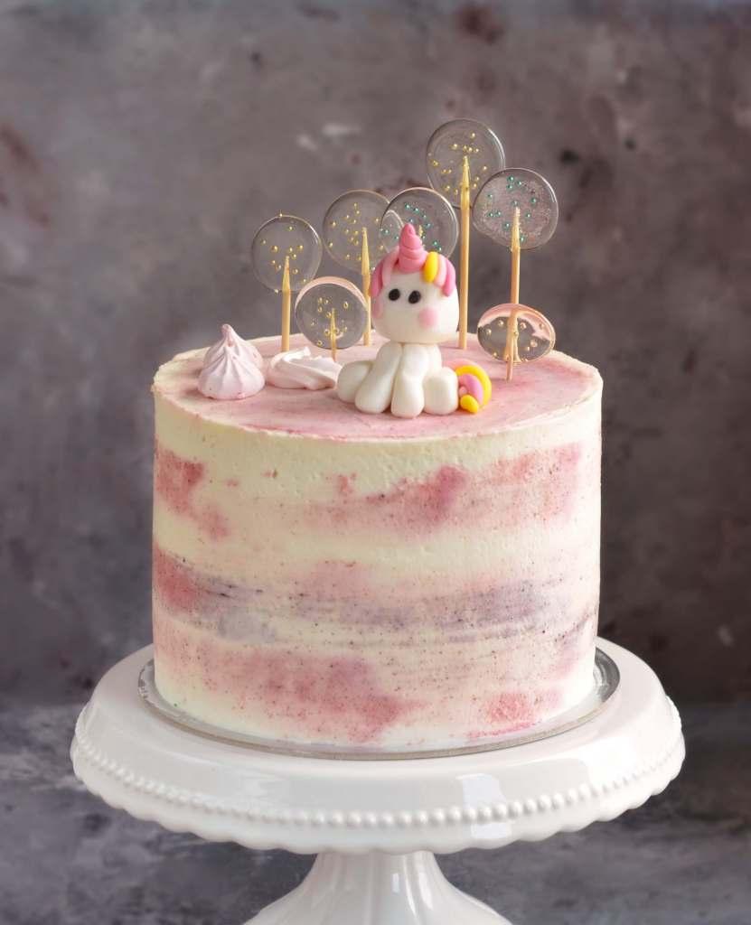 Marcipánkrémes torta eperrel, házi izomalt nyalóka, fondant unikornis