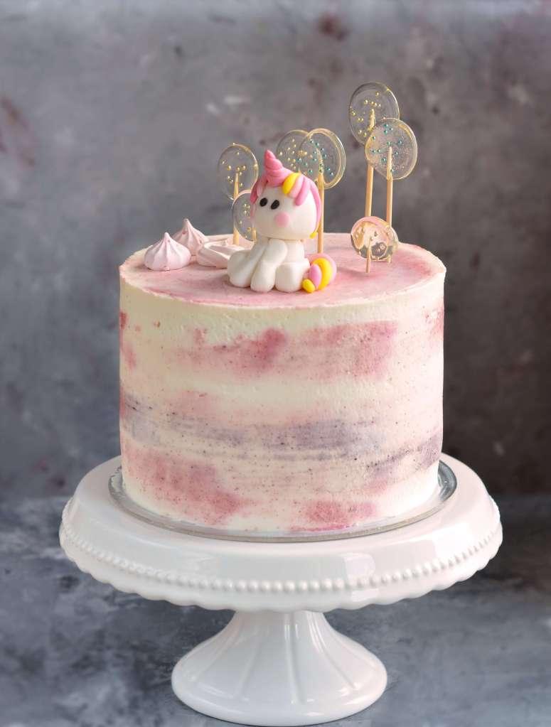 marcipánkrémes torta eperrel, fondant unikornis, házi izomalt nyalóka