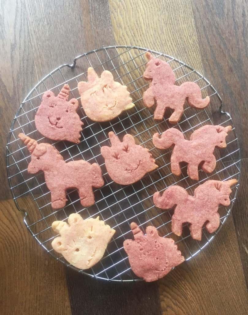 rózsaszínű unikornis kekszek - shortbread céklaporral színezve